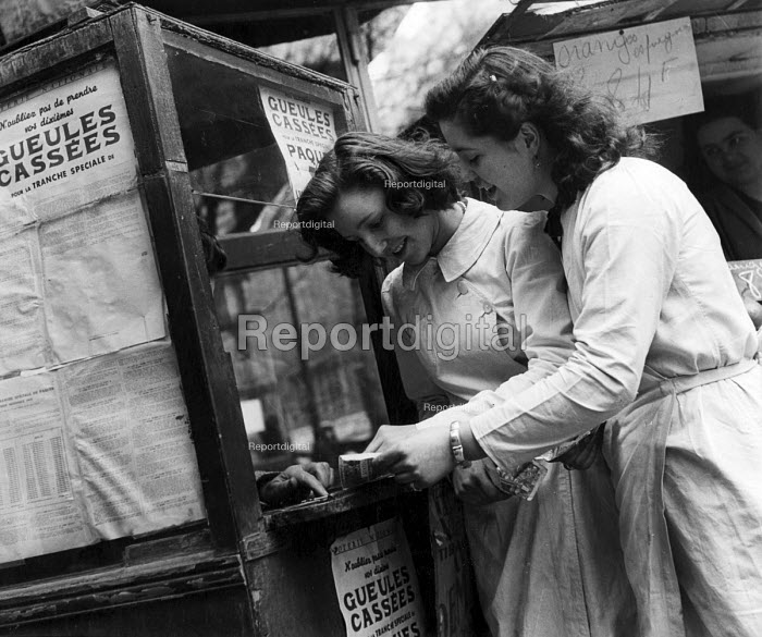 Young French women buying tickets for a special draw for the French National Lottery, Easter, 1949, France. .... - Ina Bandy - 1949-04-13