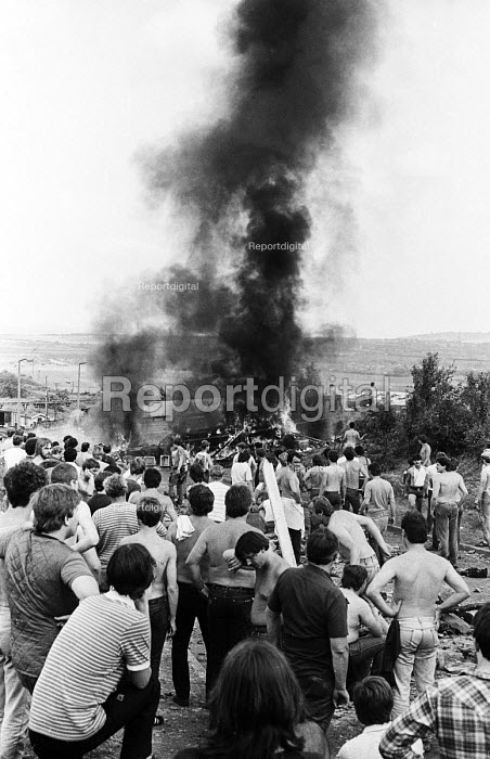 Miners create burning barricades to try and prevent further attack from riot officers on horesback after violent clashes between miners and riot police officers on the picket lines at the Orgreave coking plant during the miners strike - John Harris - 1984-06-18