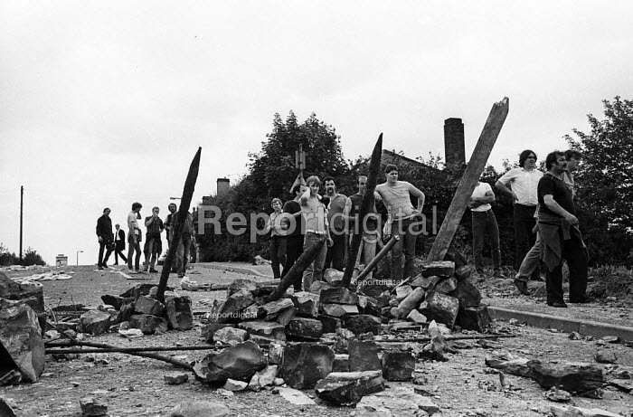 Miners create barricades to try and prevent further attack from riot officers on horesback after violent clashes between miners and riot police officers on the picket lines at the Orgreave coking plant during the miners strike - John Harris - 1984-06-18