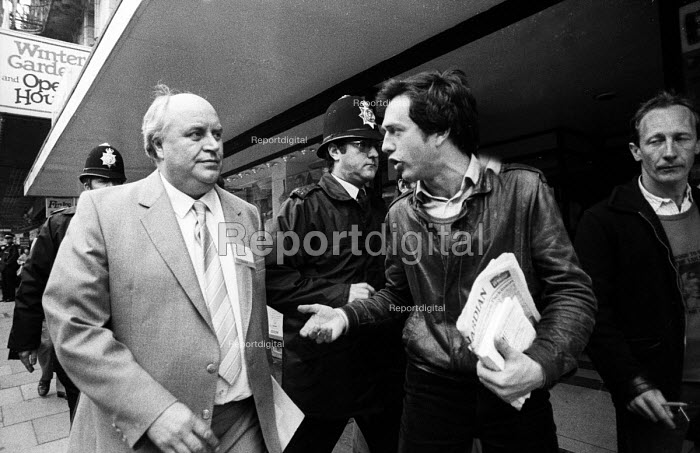 TUC Congress 1985 Journalist Simon Pirani, questioning Norman Willis on their way into the Congress Hall - John Harris - 1985-09-03