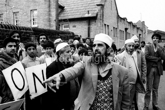 Asian parents No Confidence protest at Drummond School, Bradford, 1985 demonstration against Headteacher, Ray Honeyford who the Asian community perceived as making racist remarks about his pupils. - John Harris - 1985-09-11