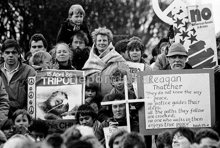 Bombing of Libya. Upper Heyford Air Base Campaigners protest against the use of US air bases on British soil used by American F111s to bomb Libya. 20th Tactical Fighter Wing, RAF Upper Heyford Air Base - John Harris - 1986-04-20