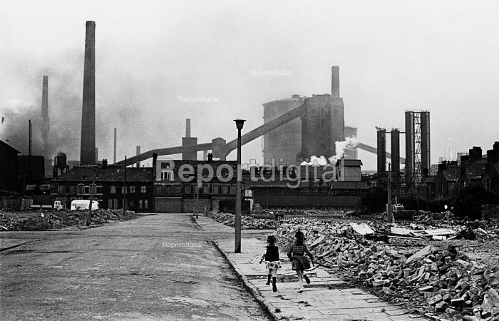East Moors steelworks, Splott, Cardiff. Children running along the run down streets - John Sturrock - 1975-06-21