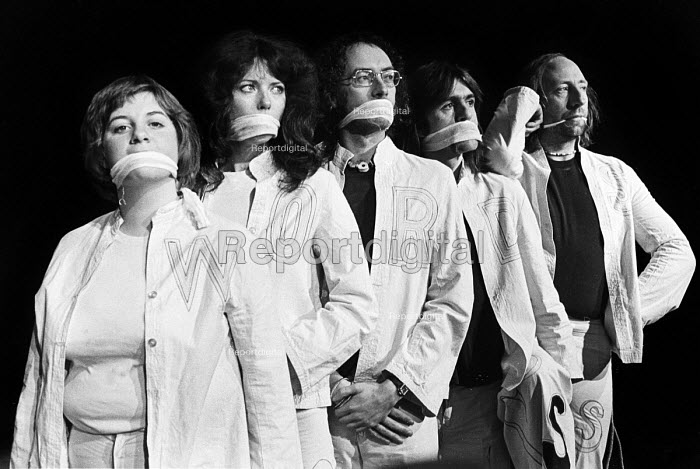 Victoria Wood, Lindsay Ingram, Roger McGough, Andy Roberts and John Gorman (L to R) in Wordplay written by and starring Roger McGough, Hampstead Theatre, London, 1975 - John Sturrock - 1975-12-08