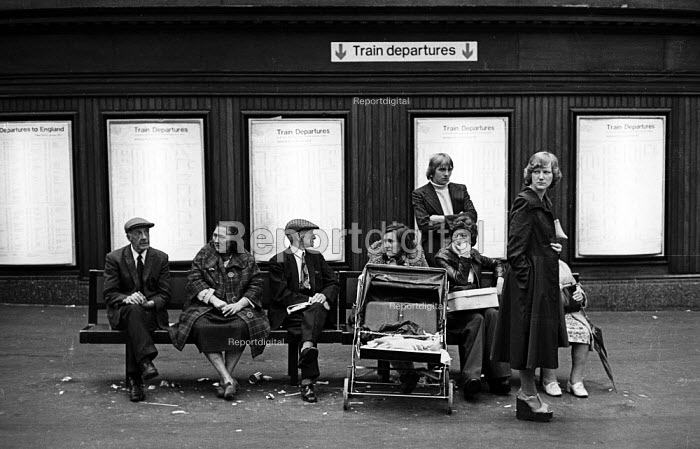 Young and old alike wait for a train at BR Glasgow Station in the summer of 1976. - John Sturrock - 1976-08-29