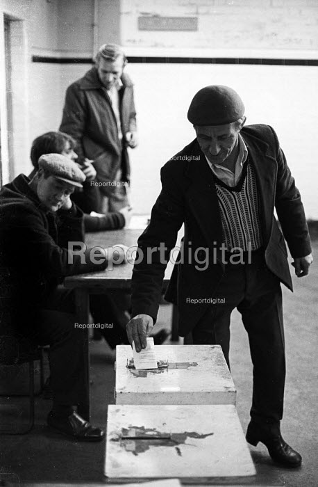 Miners vote in workplace ballots on the issue of early retirement, Snowdon Colliery, Kent, 1976. - John Sturrock - 1976-12-08