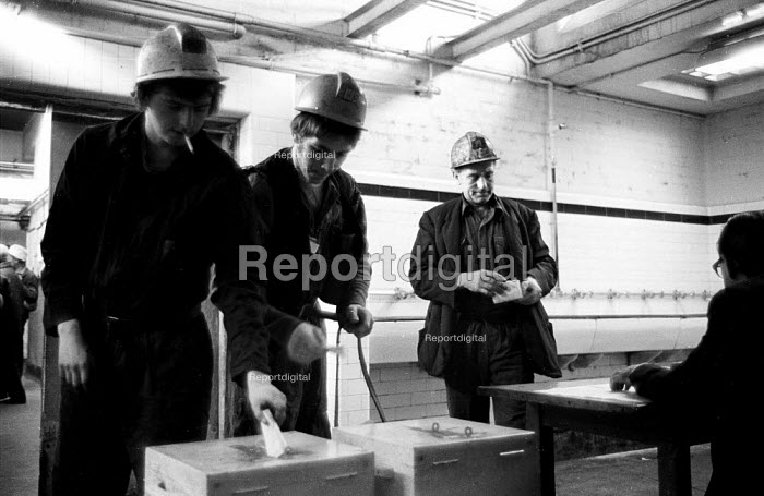 Miners vote in workplace ballots on early retirement prior to going on shift, Snowdon Colliery, Kent, 1976. - John Sturrock - 1976-12-08
