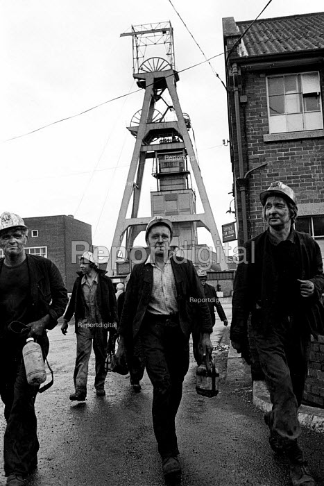 Miners coming off shift at Snowdon Colliery, Kent, 1976. - John Sturrock - 1976-12-08
