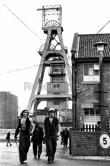 Miners coming off shift at Snowdon Colliery, Kent, 1976. - John Sturrock - 1976-12-08