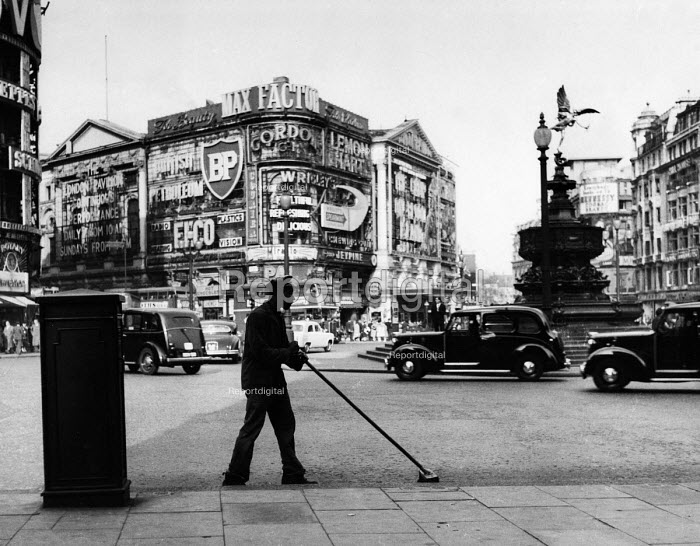 Road sweeper, Piccadilly Circus, London, in the early 1960s - Malcolm Aird - 1962-09-03