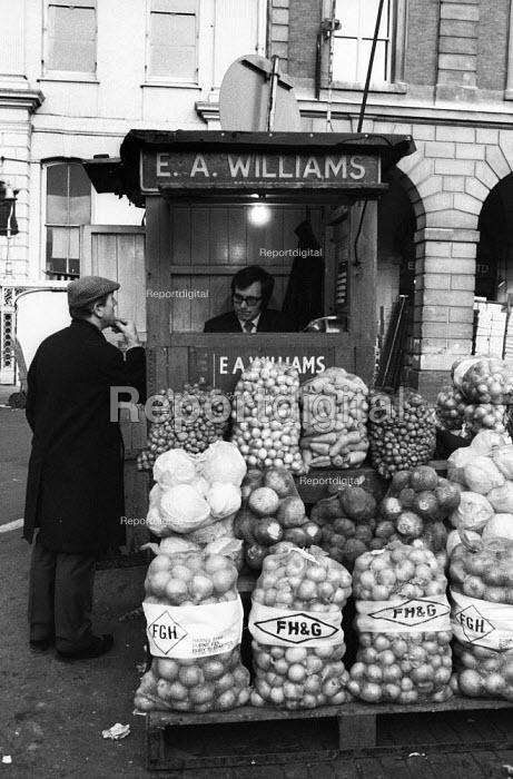 Covent Garden fruit and vegetable market, London, 1971. - Mike Tull - 1971-12-13