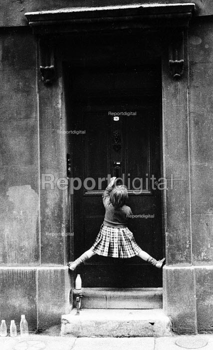 Child reaching for door knocker in London street, early 1960's. - Romano Cagnoni - 1962-07-11