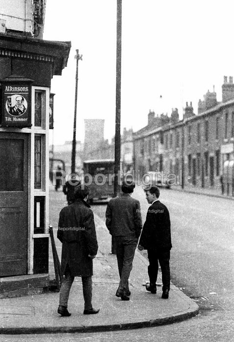 Young men walking along a London street in the early 1960's. .... - Romano Cagnoni - 1962-07-11