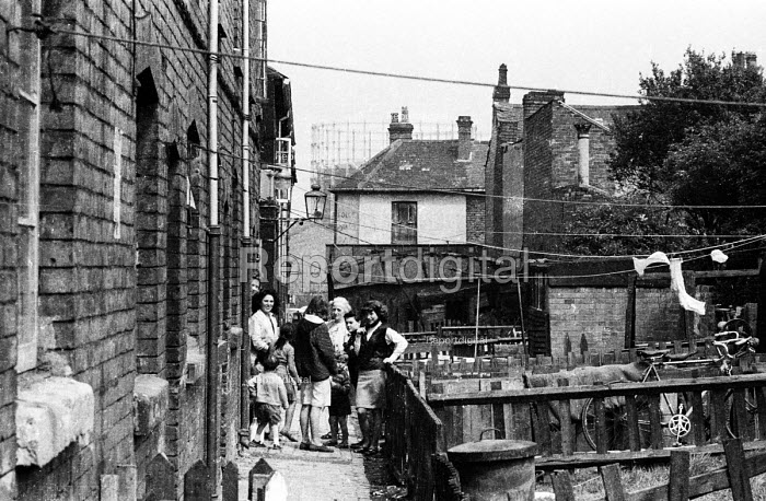 Group of women and children at the back of run down housing near King's Cros, London in the early 1960's. - Romano Cagnoni - 1962-07-11