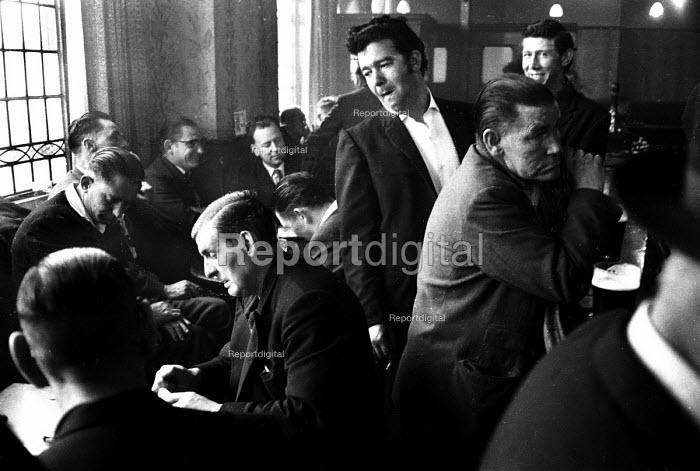 Men in a London pub in the early 1960's. - Romano Cagnoni - 1962-07-11