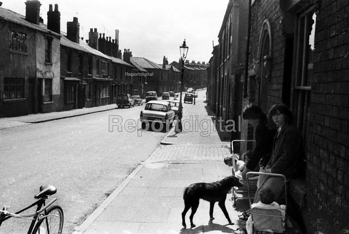Toddlers and older children hanging around outside their homes in a run-down London street, probably near to King's Cross, in the early 1960's. .... - Romano Cagnoni - 1962-07-11