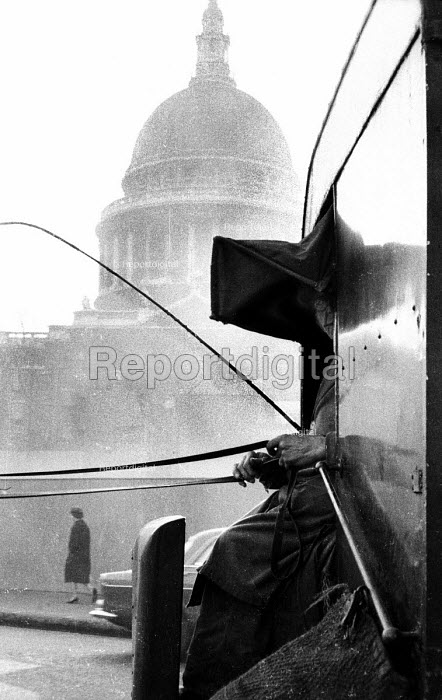 Man on horse and cart near to St. Paul's Catherdral in London in the early 1960's. .... - Romano Cagnoni - 1962-07-11