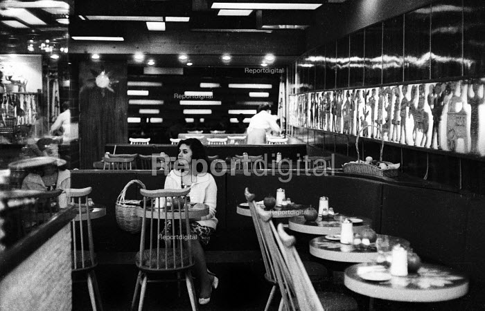 Young woman sitting alone in a restaurant in London in the 1960's. .... - Romano Cagnoni - 1962-07-11