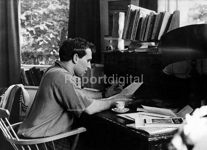 Playwright Arnold Wesker, working in his study at home 1962 - Romano Cagnoni - 1962-08-11