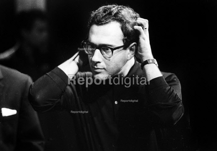 Harold Pinter directing a double bill of his plays: The Dwarfs and The Lovers at the Arts Theatre in London in 1963. - Romano Cagnoni - 1963-09-18