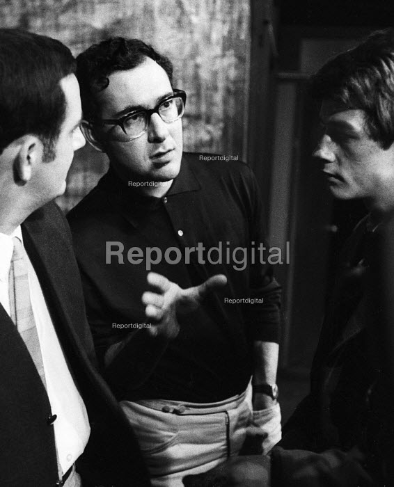 Harold Pinter directing a double bill of his plays: The Dwarfs and The Lovers at the Arts Theatre in London in 1963. To his right, Michael Forrest & on his left, John Hurt. - Romano Cagnoni - 1963-09-18