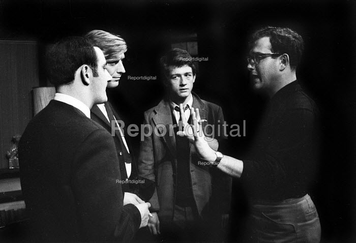 Harold Pinter directing his play: The Dwarfs at the Arts Theatre in London in 1963. To his right, John Hurt, Philip Bond & Michael Forrest. - Romano Cagnoni - 1963-09-18