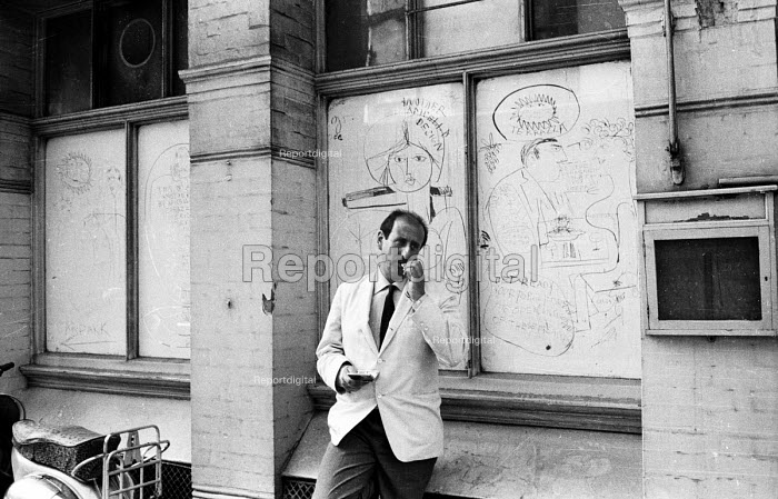 Cartoonist Vincenzo Enzo Apicella, 1964, He claimed to be one of the creators of Swinging Sixties, London - Romano Cagnoni - 1964-07-11