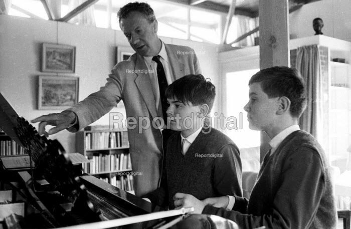 Composer, Benjamin Britten, tutoring two young boys at his home, Aldeburgh, Suffolk. .... - Romano Cagnoni - 1964-07-11