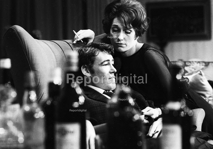 Peter O'Toole & Sian Phillips, Ride A Cock Horse by David Mercer, Piccadilly Theatre, London 1965 - Romano Cagnoni - 1965-06-10