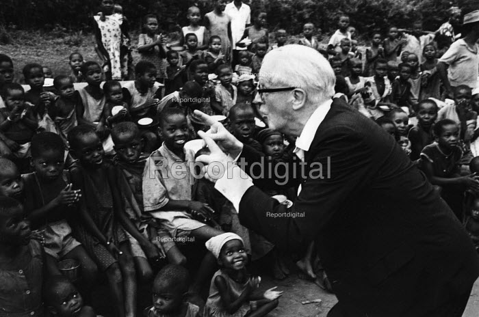 Fenner Brockway, founder and chairman of the Movement for Colonial Freedom and Chairman of the Committee for Peace in Nigeria, entertaining young children whilst on a visit to Biafra during the NIgerian Civil War. .... - Romano Cagnoni - 1967-10-25