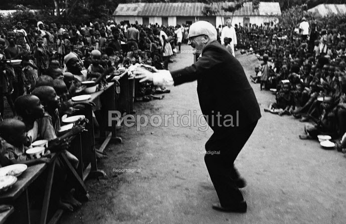 Fenner Brockway, founder and chairman of the Movement for Colonial Freedom and Chairman of the Committee for Peace in Nigeria, entertaining young children whilst on a visit to a refugee camp in Biafra during the NIgerian Civil War. .... - Romano Cagnoni - 1967-10-25