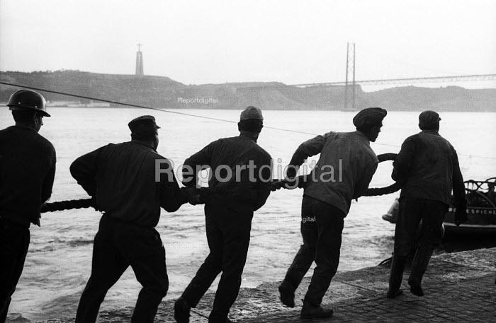 Mooring a ship, harbour Lisbon, Portugal in 1968. - Romano Cagnoni - 1968-03-06