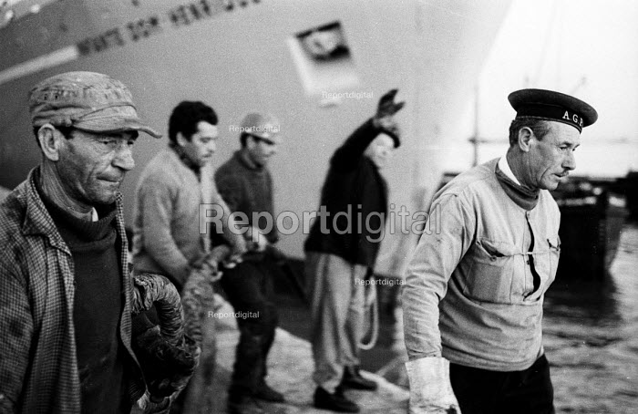 Dockside workers at the harbour, Lisbon, Portugal 1968 - Romano Cagnoni - 1968-03-06
