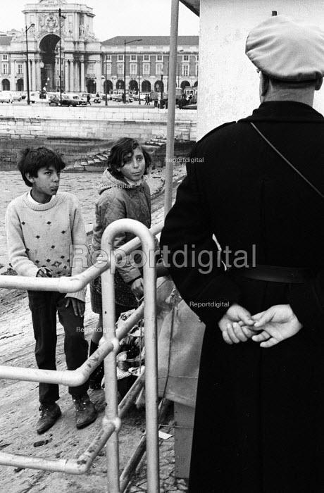police and children, Lisbon, Portugal, 1968. - Romano Cagnoni - 1968-03-06