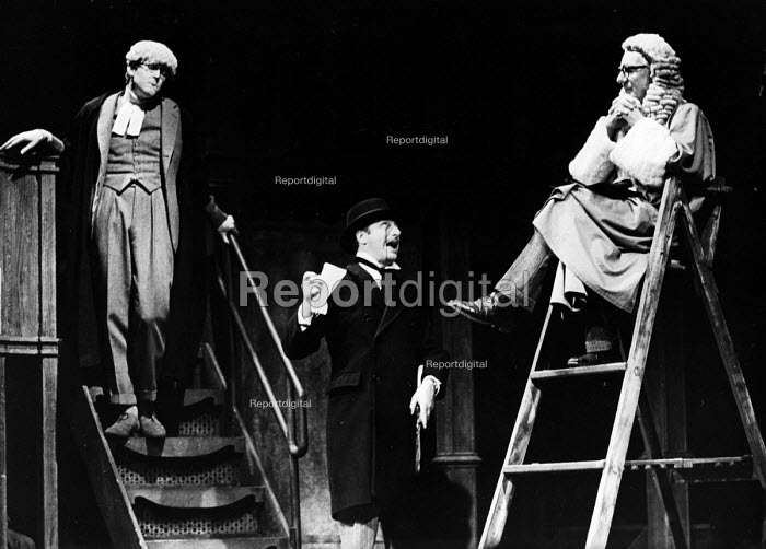 Forty Years On written by Alan Bennett, staged at the Apollo Theatre in London, 1968. With, left to right: Alan Bennett, Paul Eddington and John Gielgud. - Romano Cagnoni - 1968-10-24