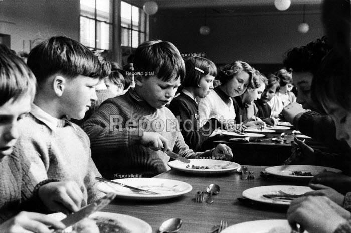 Polish refugee children eat their school dinner alongside their British classmates at school in west London in the late 1950s - Roger Mayne - 1958-02-15