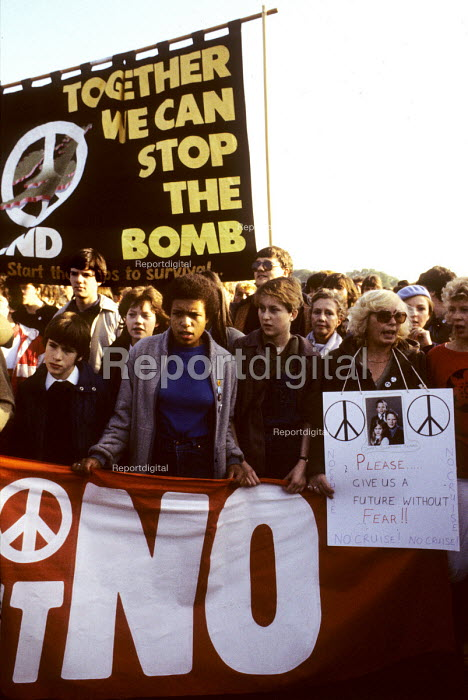Young people at a CND rally in Hyde Park in 1983. - Stefano Cagnoni - 1983-10-22