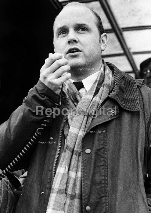 Stockport Messenger Colin Bourne speaking to the official picket line by NGA members on strike in a dispute with Eddie Shahs Messenger Newspaper Group over his use of non-union scab workers to typeset MNG publications Warrington, Lancashire, 1983. - Stefano Cagnoni - 1983-11-09