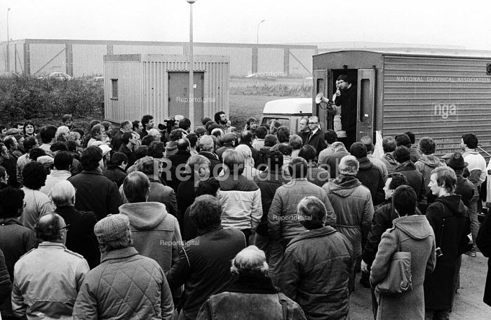 Stockport Messenger Tony Dubbins, NGA GS speaking to the official picket line by NGA members on strike in a dispute with Eddie Shahs Messenger Newspaper Group over his use of non-union scab workers to typeset MNG publications Warrington, Lancashire, 1983. - Stefano Cagnoni - 1983-11-09