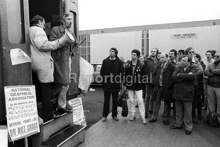 Stockport Messenger Jake Ecclestone, NUJ, speaking to the official picket line by NGA members on strike in a dispute with Eddie Shahs Messenger Newspaper Group over his use of non-union scab workers to typeset MNG publications Warrington, Lancashire, 1983. - Stefano Cagnoni - 1983-11-09