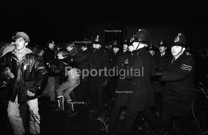 Stockport Messenger Police officers grapple with trade union members at a mass picket in support of NGA members on strike in a dispute with Eddie Shahs Messenger Newspaper Group over his use of non-union scab workers to typeset MNG publications Warrington, Lancashire, 1983. - Stefano Cagnoni - 1983-11-29
