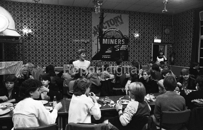Party organised by trade union members of the London print branches of SOGAT for the children of striking miners from the Betteshanger & Tilmanstone collieries in Kent as Christmas approached, nine months after the start of the national miners' strike. - Stefano Cagnoni - 1984-12-14