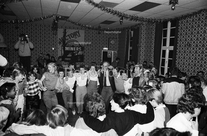 Party organised by trade union members of the London print branches of SOGAT for the children of striking miners from the Betteshanger & Tilmanstone collieries in Kent as Christmas approached, nine months after the start of the national miners strike. - Stefano Cagnoni - 1984-12-14