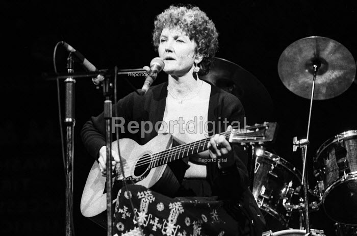 Folk singer and activist, Peggy Seeger, performing at the Here We Go benefit gig in support of the miners strike, London, 1984. - Stefano Cagnoni - 1984-11-25