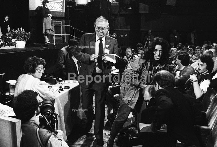 TUC Congress 1985: Times' photographer Sally Soames, alongside other photographers, makes way for Eric Hammond of the EEPTU as he leaves the rostrum. - Stefano Cagnoni - 1985-09-03