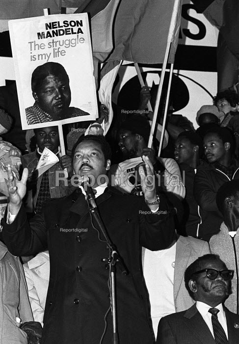 National rally calling for sanctions against South Africa, the release of Nelson Mandela, imprisoned in South Africa and an end to apartheid. Jesse Jackson from the USA speaking to the rally in Trafalgar Square, with Oliver Tambo, President of the ANC beside him - Stefano Cagnoni - 1985-11-02