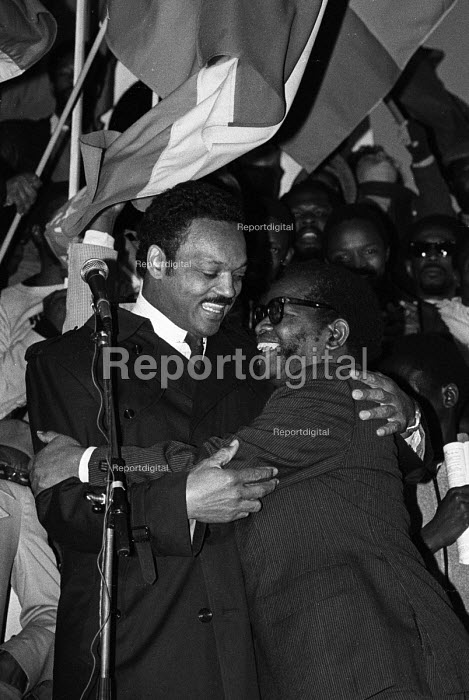 National rally in Trafalgar Square calling for sanctions against South Africa, the release of Nelson Mandela, imprisoned in South Africa and an end to apartheid. Jesse Jackson and Oliver Tambo, President of the ANC, embrace on the platform. - Stefano Cagnoni - 1985-11-02