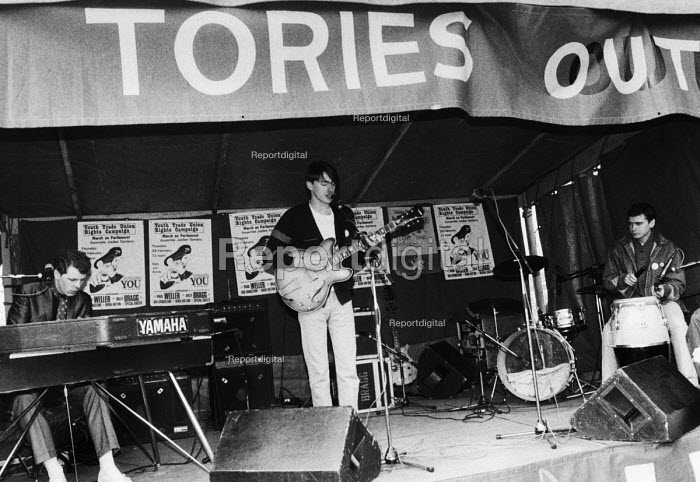 Paul Weller and the Style Council playing a gig in support of the Youth Trade Union Rights Campaign beneath a banner reading Tories Out. London - Stefano Cagnoni - 1985-02-28