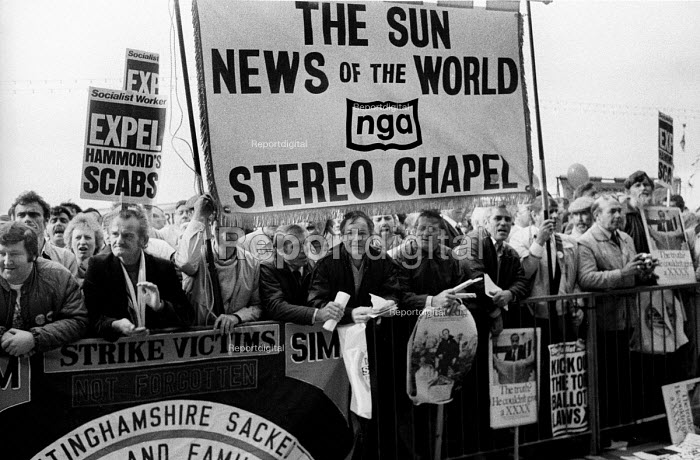 News International printworkers sacked by Rupert Murdoch prior to his moving his printing presses to Wapping, lobby the TUC Congress in Brighton calling for support in their industrial dispute. - Stefano Cagnoni - 1986-09-02