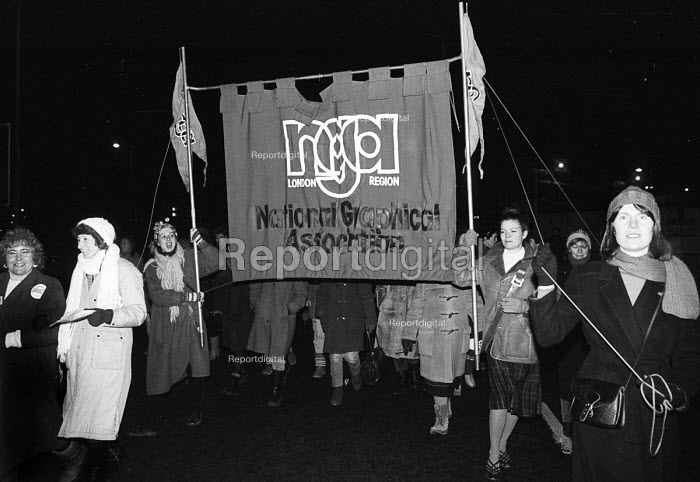 NGA banner carried by Gail Cartmel (right pole) & Megan Dobney (left pole) joins the regular mass picket converging on the News International plant in Wapping in protest at the sacking of 5000 staff by Rupert Murdoch. - Stefano Cagnoni - 1986-02-08